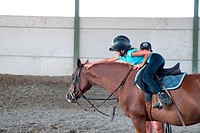 bambina a scuola di equitazione