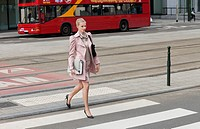 Businesswoman crossing the road (thumbnail)