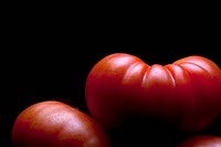 A stack of ripe tomatoes, close_up