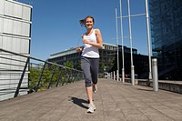 Germany, North_Rhine_westphalia, Duesseldorf, Young woman Jogging, smiling, portrait