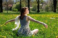 Junge Frau im Kleid genießt den Frühling