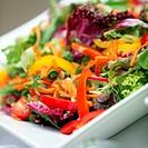 Gemischter, frischer Salat aus verschiedenen Gemüsesorten