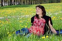 Junge Frau genießt die Natur auf Frühlingswiese