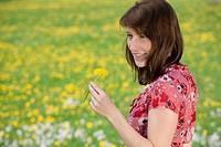 Junge Frau auf Frühlingswiese