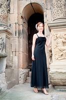 Portrait einer schönen jungen Frau in schwarzem Kleid