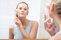 Frau bei Gesichtspflege