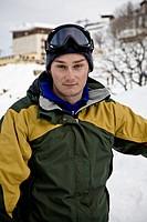 ragazzo con abbigliamento da snowboard