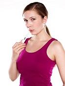 Junge Frau misst temperatur mit fieberthermometer