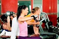 Leute mit Gewichten im Fitnessstudio