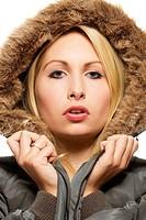 fashion portrait einer schönen blonden frau in einem parka mit pelz