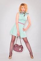 Hübsche junge Fraun im mintfarbenen Sommerkleid