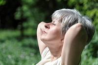 gepflegte Seniorin wendet das Gesicht zur Sonne