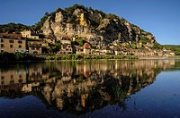 The riverside village of La Roque-Gageac is built along the right bank of the Dordogne River against a towering limestone cliff  Dordogne, Perigord, A...