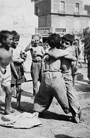 Italy, Basilicata, lavello, fighting games between children on the street, 1930