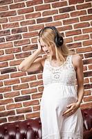 donna incinta ascolta la musica