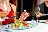 Paar beim Essen und Trinken in sehr gutem Restaurant