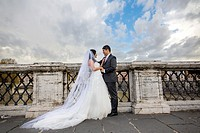 Newlyweds at Castel Sant´Angelo bridge Rome Italy