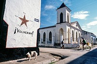 "Cuba, 'volverán' they will return sign on building wall, in reference to the ""Cuban Five"" who were arrested in the US in 1998"