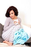 junge frau entspannt auf der couch mit ener tasse tee