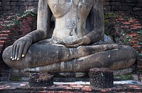 Meditating Buddha statue at Wat Mahathat