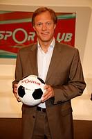 "DIG, Delling, Gerhard, * 21.4.1959, interpret. Moderator, half figure, photo date at the NDR television broadcast ""sport club"", Hamburg, 24.6.2009, te..."