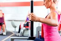 Frauen machen Krafttraining im Fitnessstudio