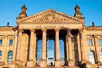 Eingang zum Reichstag in Berlin
