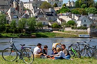 CYCLISTS ON THE 'LOIRE A VELO' CYCLING ITINERARY PICNICKING IN FRONT OF THE VILLAGE OF CANDES_SAINT_MARTIN, INDRE_ET_LOIRE 37, FRANCE