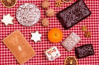 Verschiedene Nürnberger Lebkuchen, Zimststerne, Walnüsse und Orangen