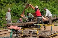 Der Bambuszug bamboo train, ein unkonventionelles und einzigarties Transportmittel in Kambodscha, wird für die nächste Fahrt vorbereitet, Battambang, ...