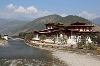 Bhutan (kingdom of), City of Punakha, the dzong built in 1637 by the Shabdrung Namgyel at the confluence of rivers Pho and Mo // Bhoutan (Royaume du),...