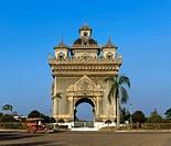 Tuk Tuk passing Patou Xai triumphal arch, Xang Boulevard
