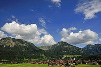 view to Oberstdorf, Rubihorn, Geissalphorn and Schattenberg in background, Germany, Bavaria, Allgaeu, Oberstdorf