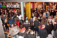 fans infront of book store - Hamburg/Germany/Germany - BUD SPENCER SIGNS HIS AUTOBIOGRAPHY AT THALIA BOOKSTORE - NO GERMAN SALES