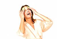 Junge Frau hat SpaÀ bei der Gesichtspflege - Gurkenmaske - K°rperpflege - wellness / Studioaufnahmen / *Model Released* / eingebettetes Farbprofil: EC...