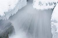 stroemendes Wasser in einem Bach im Tal Atndalen, Hedmark Fylke, Norwegen, November 2011