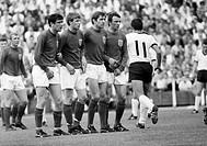 Fussball, Laenderspiel, 1968, Testspiel, Probespiel, Niedersachsenstadion in Hannover, Deutschland gegen England 1:0, Spielszene, Freistoss fuer Deuts...