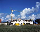 Rohbau, Wohnblock, Wohnhaus, Gebaeude mit Baugeruest, Malergeruest, eingeruestete Hausfassade, Bauarbeiten, Baustelle, Baukran, Konstruktionskran, Kra...