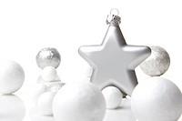 Weihnachten, Dekoration Weihnachtskugel silber und weiß mit Stern