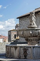 Der Brunnen in der Loggia des Papstpalastes in Viterbo