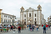 Main square, Praca do Giraldo, with fountain from 1571 and Church of St Antao, historic centre of Evora, Alentejo, Portugal, Europe.