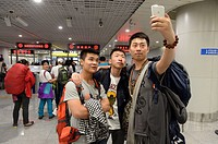 (150426) -- CHENGDU, April 26, 2015 () -- Passengers trapped in Nepal pose for a group photo after returning China at Shuangliu international airport ...