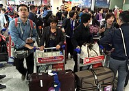 (150426) -- CHENGDU, April 26, 2015 () -- Passengers trapped in Nepal return China by a rescuing flight in Chengdu, southwest China's Sichuan Province...