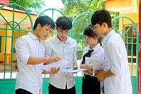 (150701) -- HANOI, July 1, 2015 () -- Students discuss after the first subject of the national exam in Yen Bai province, Vietnam, July 1, 2015. Over o...