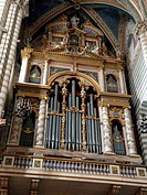 Interior and main nave of Cathedral (Duomo). Orvieto, Umbria . This 4000 pipe organ was first designed in 1584.