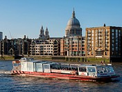 UK London St Paul´s Cathedral, riverfront plus river cruiser
