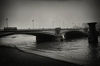 Puente con la silueta de gente andando y un autobus ciiculando al atardecer noche. River Thames, Blackfriars Bridge, London, UK, Europa.