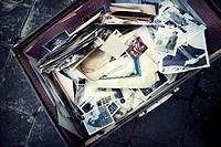 Vieja maleta llena de fotos Vintage. Londres, UK, Europa.
