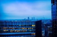 Vista parcial de la ciudad con edificios de viviendas y oficinas en primer plano al atardecer con las luces encendidas. Londres, Bankside, Tate Modern...
