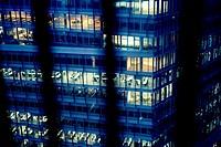 Vista de un edificio moderno de oficinas al atardecer con las luces encendidas visto de lo alto de la Tate Modern . Summer St. Tate Modern, Bankside, ...